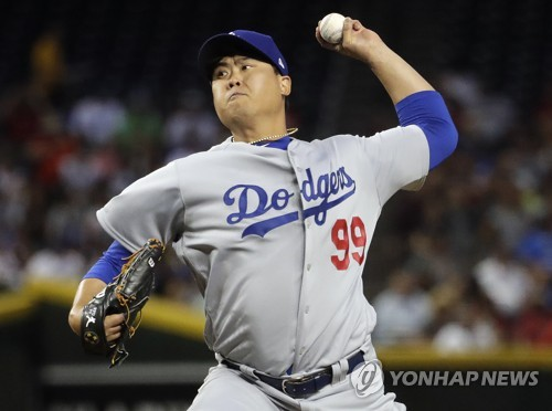 In this Associated Press photo, Ryu Hyun-jin of the Los Angeles Dodgers throws a pitch during the first inning of a major league regular season game against the Arizona Diamondbacks at Chase Field in Phoenix on April 2, 2018. (Yonhap)