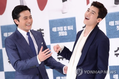 "Actors Jang Dong-gun (L) and Park Hyung-sik attend a press event for ""Suits"" in Seoul on April 23, 2018. (Yonhap)"