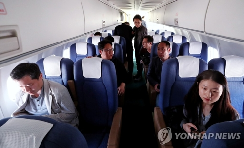South Korean reporters sit aboard a government transport plane about to leave for Wonsan, North Korea, on May 23, 2018 in this pool photo. (Yonhap)
