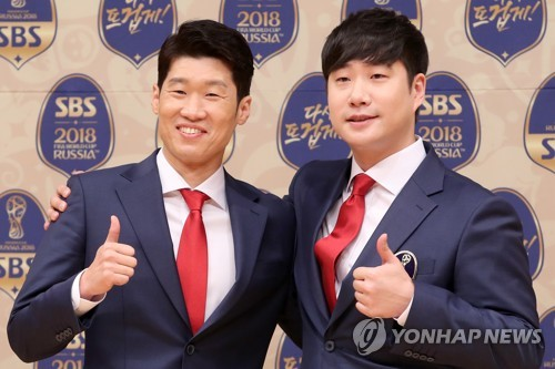Former South Korean football player Park Ji-sung (L) poses for a photo with SBS announcer Bae Sung-jae during a press conference in Seoul. (Yonhap)