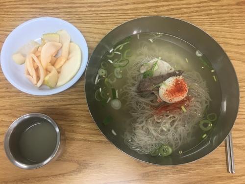 This photo shows a bowl of Pyongyang naengmyeon served in Eulji Myeonok. (Yonhap)