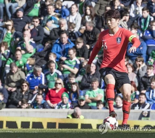 This file photo taken March 24, 2018, shows South Korea national football team captain Ki Sung-yueng controlling the ball during the international friendly match between South Korea and Northern Ireland at Windsor Park in Belfast. (Yonhap)