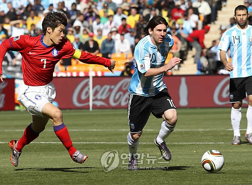 In this file photo taken June 17, 2010, South Korea's Park Ji-sung (L) chases Argentina's Lionel Messi during the 2010 FIFA World Cup Group B match between South Korea and Argentina in Johannesburg, South Africa. (Yonhap)