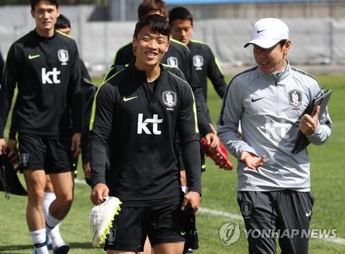 South Korea national football team head coach Shin Tae-yong (R) talks with forward Hwang Hee-chan (C) before training at Spartak Stadium in Lomonosov, a suburb of Saint Petersburg, Russia, on June 20, 2018. (Yonhap)