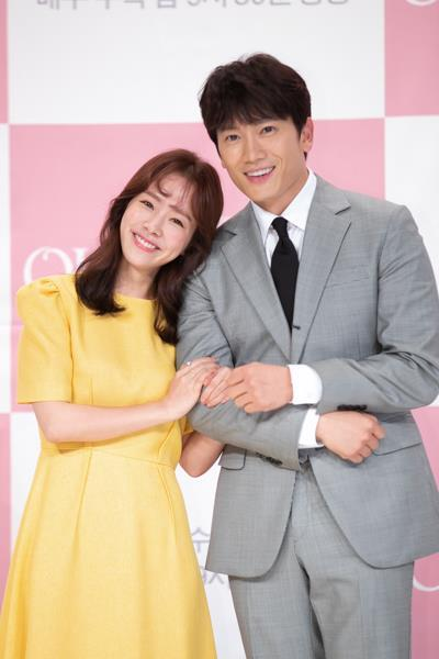 "Actors Han Ji-min (L) and Ji Sung pose for photos before a press event for tvN's new television series ""Familiar Wife"" on July 25, 2018, in Seoul. (Yonhap)"