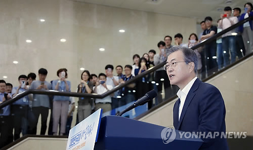 President Moon Jae-in speaks in a meeting with patients and their families during his visit to a hospital in Bundang, just south of Seoul in Gyeonggi Province, on July 19, 2018. (Yonhap)