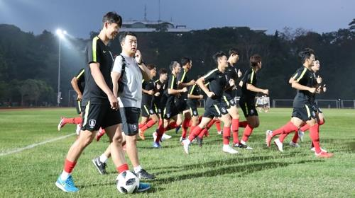 South Korean football player Son Heung-min trains with his teammates at a football field at Bandung Institute of Technology in Bandung, Indonesia, for the 18th Asian Games on Aug. 13, 2018. (Yonhap)
