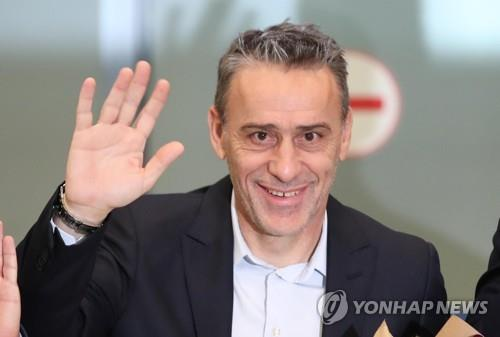 South Korea's new national football team head coach Paulo Bento waves his hand after arriving at Incheon International Airport in Incheon on Aug. 20, 2018. (Yonhap)