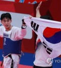 South Korea's Kim Tae-hun celebrates his gold medal in the men's 58-kilogram division taekwondo sparring competition at the 18th Asian Games at Jakarta Convention Center Plenary Hall in Jakarta on Aug. 20, 2018. (Yonhap)