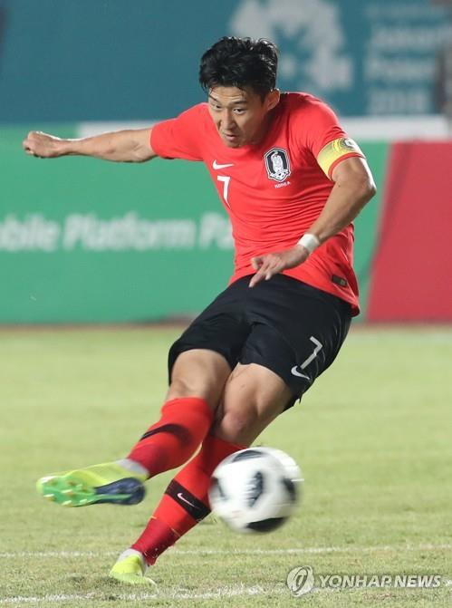 South Korea's Son Heung-min takes a free kick against Kyrgyzstan in the men's football Group E match of the 18th Asian Games at Si Jalak Harupat Stadium in Bandung, Indonesia, on Aug. 20, 2018. (Yonhap)