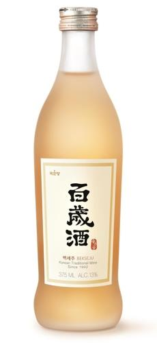 "This photo provided by Kooksoondang Brewery Co. shows its alcoholic beverage ""Bekseju."" (Yonhap)"