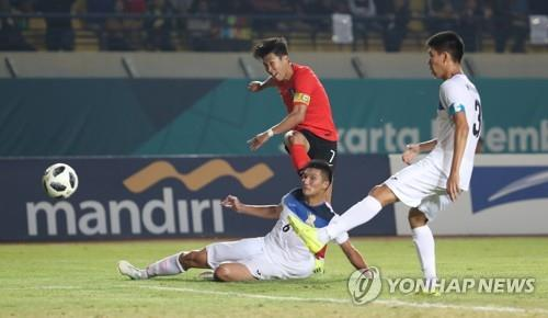 In this file photo taken on Aug. 20, 2018, South Korea's Son Heung-min (C) takes a shot during the men's football Group E match against Kyrgyzstan at the 18th Asian Games in Bandung, Indonesia. (Yonhap)