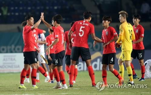 In this file photo taken on Aug. 20, 2018, South Korea's under-23 national football team players celebrate after they beat Kyrgyzstan in the men's football Group E match at the 18th Asian Games in Bandung, Indonesia. (Yonhap)