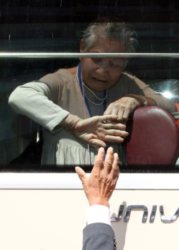In this photo taken by the Joint Press Corps, Lee Keum-seom, 92, sheds tears as she bids her final farewell to her North Korean son on Aug. 22, 2018. (Yonhap)