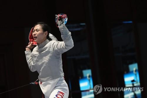 South Korean fencer Kim Ji-yeon celebrates her clinching point in the women's team sabre final against China at the 18th Asian Games at Jakarta Convention Center (JCC) Cendrawasih Hall in Jakarta on Aug. 22, 2018. (Yonhap)