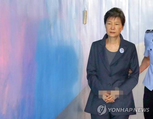 Former President Park Geun-hye walks into a courthouse in Seoul on Aug. 31, 2017. (Yonhap)