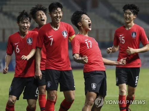 South Korea's Lee Seung-woo (2nd from R) celebrates his goal with teammates during the men's football round of 16 match against Iran at the 18th Asian Games at Wibawa Mutkit Stadium in Chikarang, Indonesia, on Aug. 23, 2018. (Yonhap)