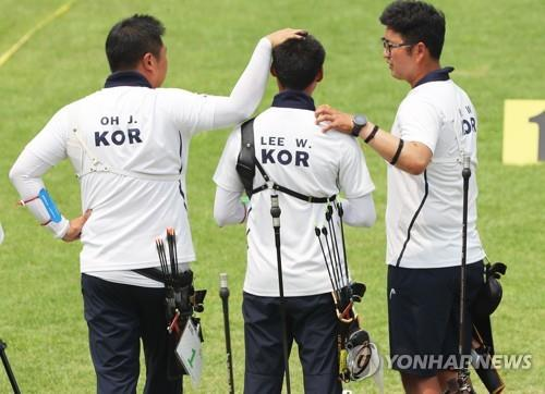 South Korean recurve archers Oh Jin-hyek (L) and Kim Woo-jin (R) console their teammate Lee Woo-seok after the team's loss to Chinese Taipei in the men's team final at the 18th Asian Games at GBK Archery Field in Jakarta on Aug. 27, 2018. (Yonhap)