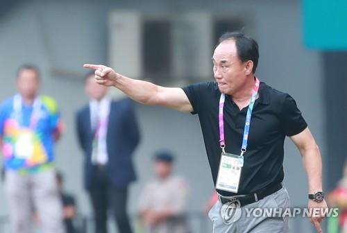South Korea under-23 football head coach Kim Hak-bum gives direction to his players during the men's football quarterfinal match against Uzbeksitan at Patriot Chandrabhaga Stadium in Bekasi, east of Jakarta, on Aug. 27, 2018. (Yonhap)