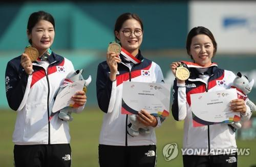 From left: South Korean recurve archers Kang Chae-won, Lee Eun-gyeong and Chang Hye-jin hold up their gold medals from the women's team event at the 18th Asian Games at GBK Archery Field in Jakarta on Aug. 27, 2018. (Yonhap)