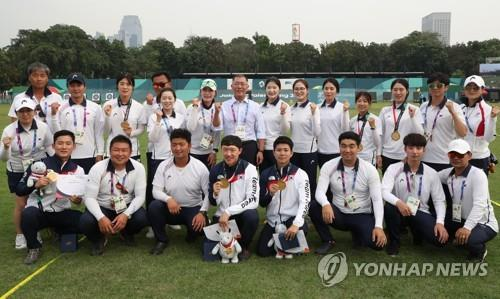 South Korean archery medalists at the 18th Asian Games pose for a group photo at GBK Archery Field in Jakarta on Aug. 28, 2018. (Yonhap)