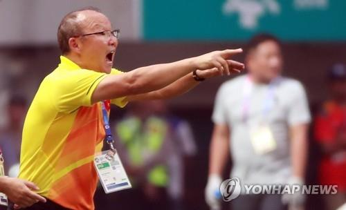 Vietnam football coach Park Hang-seo gives direction to his players during the men's football semifinal match at the 18th Asian Games at the 18th Asian Games at Pakansari Stadium in Cibinong, south of Jakarta, on Aug. 29, 2018. (Yonhap)