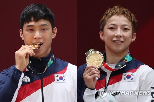 South Korean judokas An Ba-ul (L) and Jeong Bo-kyeong pose with their gold medals from the 18th Asian Games at Jakarta Convention Center Plenary Hall in Jakarta on Aug. 29, 2018. (Yonhap)