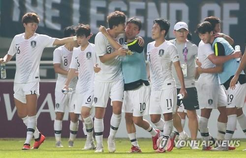 South Korean football players celebrate their 3-1 victory over Vietnam in the semifinals of the 18th Asian Games at Pakansari Stadium in Cibinong, south of Jakarta, on Aug. 29, 2018. (Yonhap)