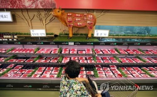 A shopper checks the beef section at a supermarket in Seoul on Aug. 8, 2018. (Yonhap)