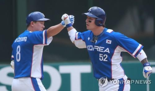 Park Byung-ho of South Korea (R) is congratulated by teammate An Chi-hong after hitting a solo home run against Japan in the top of the third inning in a super round game at the 18th Asian Games at GBK Baseball Field in Jakarta on Aug. 30, 2018. (Yonhap)
