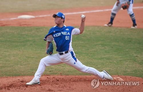 Ham Deok-ju of South Korea throws a pitch against Japan in the bottom of the seventh inning of a super round baseball game at the 18th Asian Games at GBK Baseball Field in Jakarta on Aug. 30, 2018. (Yonhap)