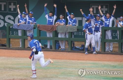South Korean baseball players in the dugout celebrate a solo home run by Kim Ha-seong (L) in the top of the third inning in a super round game against Japan at the 18th Asian Games at GBK Baseball Field in Jakarta on Aug. 30, 2018. (Yonhap)