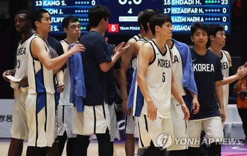 South Korea men's national basketball players react after losing to Iran in their semifinal match at the 18th Asian Games in Jakarta on Aug. 30, 2018. (Yonhap)