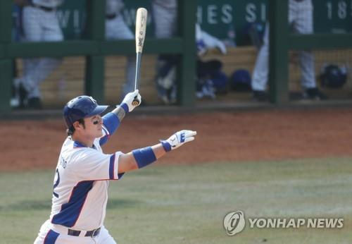 Park Byung-ho of South Korea watches his three-run home run against China in the bottom of the fifth inning of a baseball super round game at the 18th Asian Games at GBK Baseball Field on Aug. 31, 2018. (Yonhap)