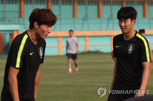 South Korea under-23 football team captain Son Heung-min (R) talks with his teammate Hwang Ui-jo during training at Persikabo Stadium in Cibinong, Indonesia, on Aug. 31, 2018, one day ahead of their men's football final match against Japan at the 18th Asian Games. (Yonhap)