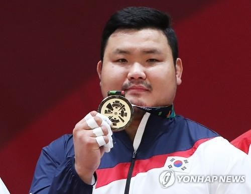 South Korean judoka Kim Sung-min shows the gold medal he won in the men's over-100 kilogram division at the 18th Asian Games during the medal ceremony at Jakarta Convention Center Plenary Hall in Jakarta on Aug. 31, 2018. (Yonhap)
