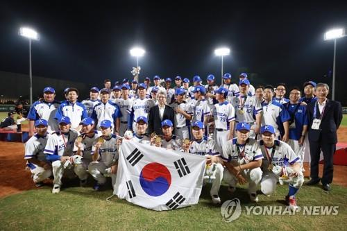 Members of the South Korean national baseball team celebrate their gold medal at the 18th Asian Games at GBK Baseball Field in Jakarta on Sept. 1, 2018. (Yonhap)