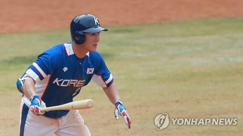 In this file photo from Aug. 28, 2018, Oh Ji-hwan of South Korea gets a base hit against Hong Kong in the top of the ninth inning of a preliminary baseball game at the 18th Asian Games at GBK Baseball Field in Jakarta. (Yonhap)
