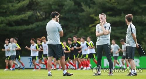 This photo taken on Sept. 4, 2018, shows South Korea national football team head coach Paulo Bento (2nd from L) speaking with his coaching staff during training at the National Football Center in Paju, north of Seoul. (Yonhap)