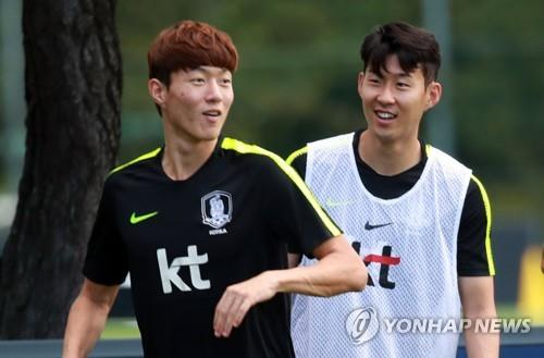 This photo taken on Sept. 4, 2018, shows South Korean football players Son Heung-min (R) and Hwang Ui-jo during training at the National Football Center in Paju, north of Seoul. (Yonhap)