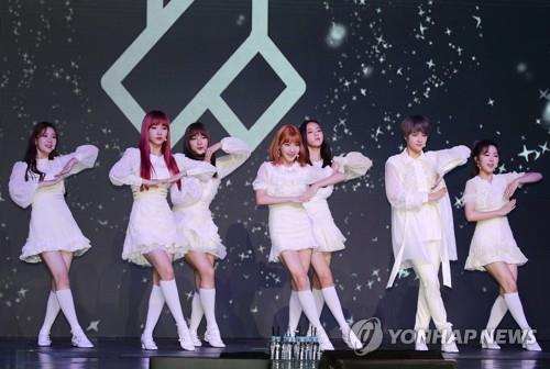 "Girl band GWSN showcases their debut album ""The Park in the Night"" on Sept. 5, 2018. (Yonhap)"