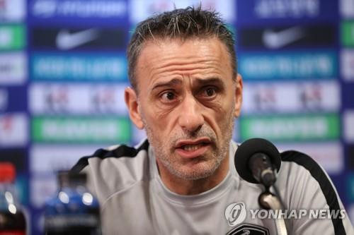 South Korea national football team head coach Paulo Bento speaks during a press conference at Goyang Stadium in Goyang, north of Seoul, on Sept. 6, 2018, one day ahead of his team's friendly football match against Costa Rica. (Yonhap)