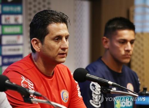 Costa Rica's interim football coach Ronald Gonzalez speaks during a press conference at Goyang Stadium in Goyang, north of Seoul, on Sept. 6, 2018, one day ahead of his team's friendly football match against South Korea. (Yonhap)