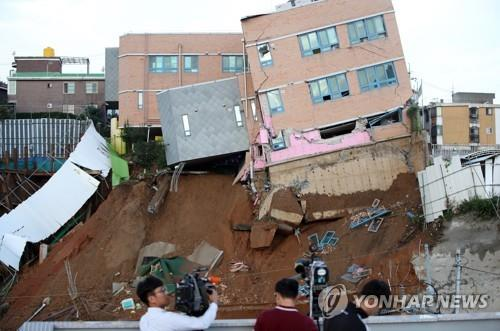 The photo on Sept. 7, 2018, shows Seoul Sangdo Kindergarten in southern Seoul precariously tilting after a retaining wall at a nearby construction site collapsed for unidentified reasons late the previous night. (Yonhap)