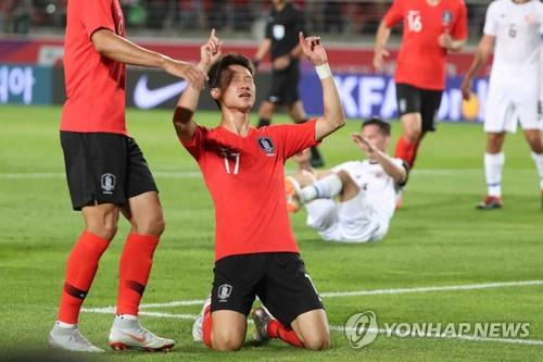 South Korean midfielder Lee Jae-sung (2nd from L) celebrates his goal against Costa Rica in a men's football friendly match at Goyang Stadium in Goyang, Gyeonggi Province, on Sept. 7, 2018. (Yonhap)