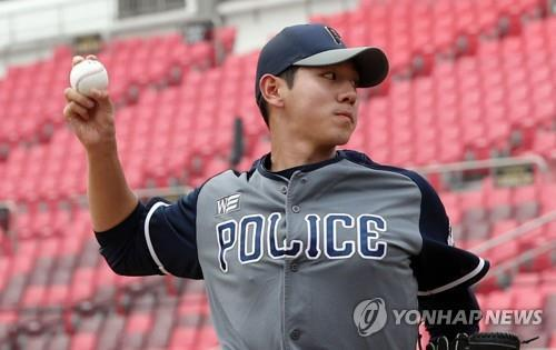 In this file photo from Aug. 20, 2018, Rhee Dae-eun throws a pitch during an open tryout ahead of the annual Korea Baseball Organization draft at KT Wiz Park in Suwon, 45 kilometers south of Seoul. (Yonhap)