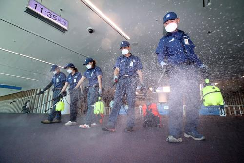 Sanitation workers disinfect the second terminal of Incheon airport, west of Seoul, on Sept. 10, 2018, as part of efforts to stop the spread of Middle East Respiratory Syndrome (MERS). A 61-year-old South Korean man was confirmed a day before to be infected with the MERS virus after traveling to Kuwait via Dubai. (Yonhap)