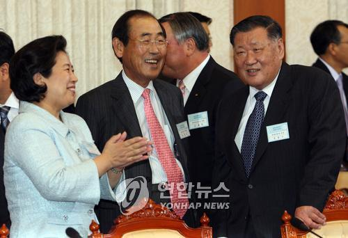 In this photo taken on Oct. 23, 2007, Hyundai Motor Chairman Chung Mong-koo (R), Samsung Electronics CEO Yun Jong-yong (C) and Hyundai Group Chairwoman Hyun Jeong-eun talk to each other in a meeting held at Cheong Wa Dae to prepare for an inter-Korean summit. (Yonhap)
