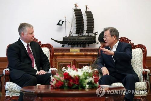 South Korean President Moon Jae-in talks with Stephen Biegun, the State Department's special representative for North Korea, at his office Cheong Wa Dae in Seoul on Sept. 11, 2018, in this photo provided by Cheong Wa Dae. (Yonhap)