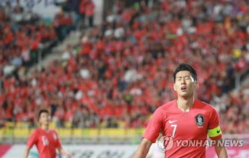 Son Heung-min of South Korea reacts to a missed opportunity against Chile in the teams' friendly football match at Suwon World Cup Stadium in Suwon, 45 kilometers south of Seoul, on Sept. 11, 2018. (Yonhap)